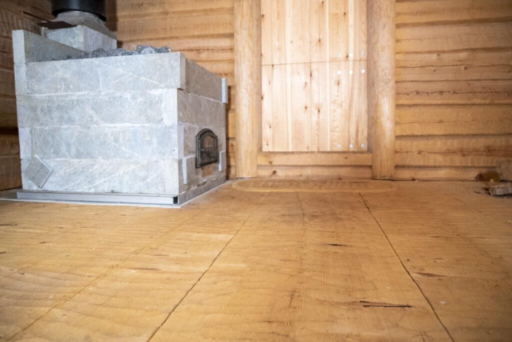 Jättilankuista syntyy luja ja näyttävä lattia. Kuvan lattialankut ovat 60 senttimetriä leveitä sekä koneellisesti piilutettuja.